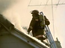 Brandweerman op dak