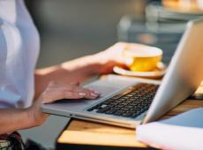 Vrouw surft online met laptop